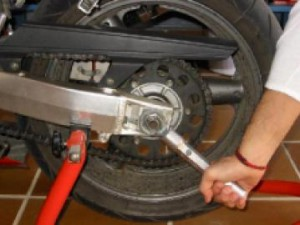 Tensado de la cadena de una moto c mo realizarlo for Cuanto cuesta un caballete