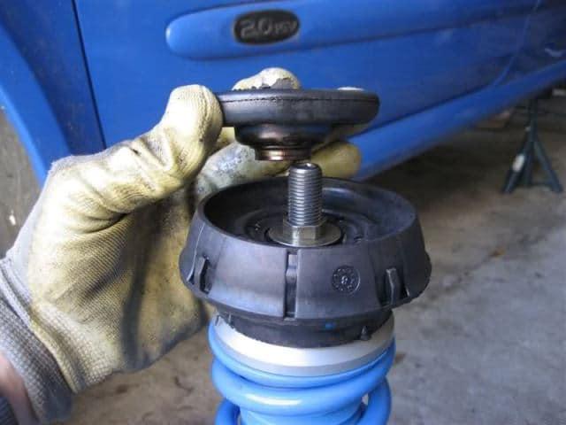 La copela une la parte superior del amortiguador a la carrocería. Cuando se agrieta comienza a hacer ruidos y crujir