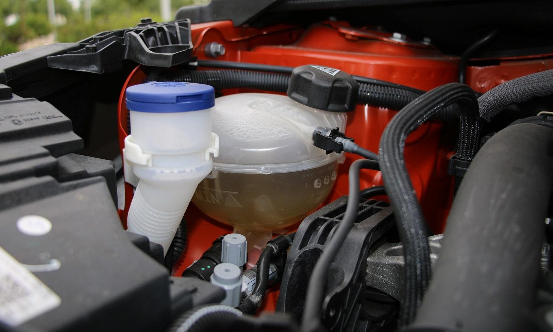 Vaso de expansión - parte del sistema de refrigeración del coche