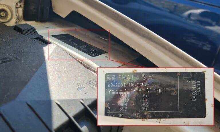 Placa del fabricante en el vano motor