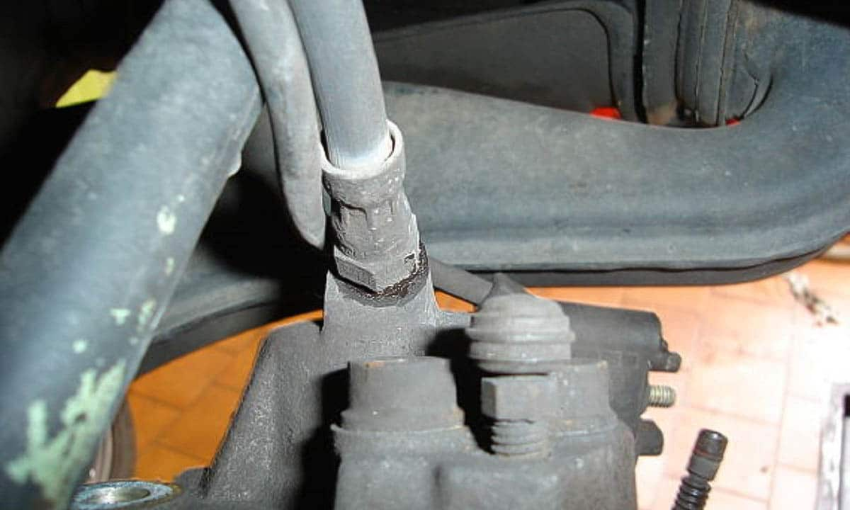 Revisar latiguillos de frenos para buscar la causa de que se hunda el pedal