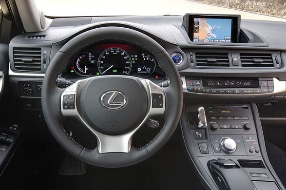 LexusCT200h-consola