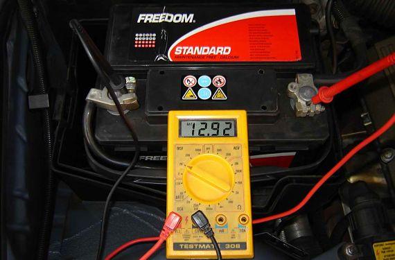 Comprobar batería con polímetro