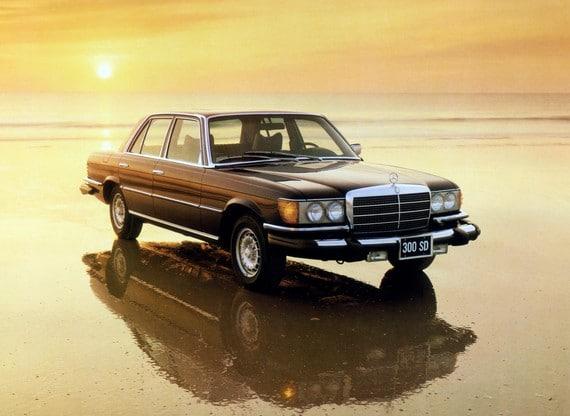 Der Mercedes-Benz 300 SD ist im Mai 1978 der weltweit erste Serien-Pkw mit Turbodieselmotor und zugleich der erste Oberklasse-Personenwagen mit Dieseltriebwerk. Der 300 SD leistet 85 kW/115 PS und kommt nur in den USA auf den Markt. Die Fahrleistungen sind
