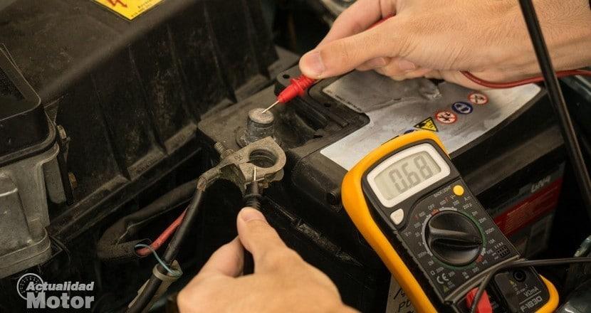 Medición del voltaje de una batería de coche