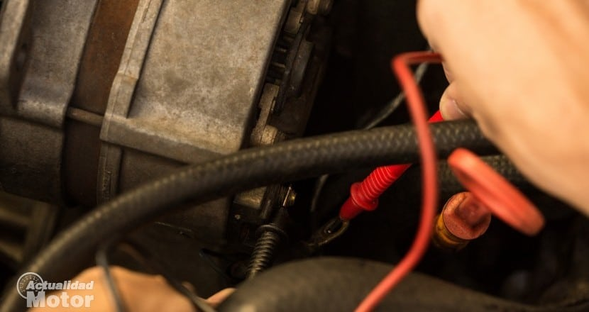 Midiendo entre el borne de la batería descargada y el cable del alternador.