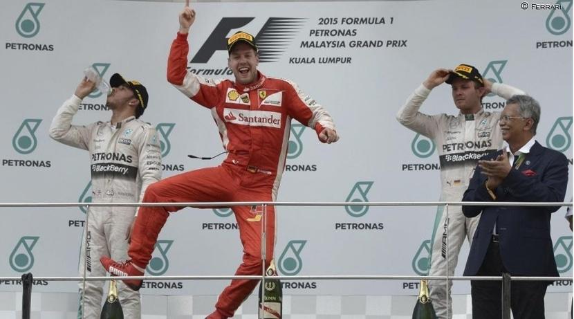 Vettel emula a Schumacher en el podio de Malasia