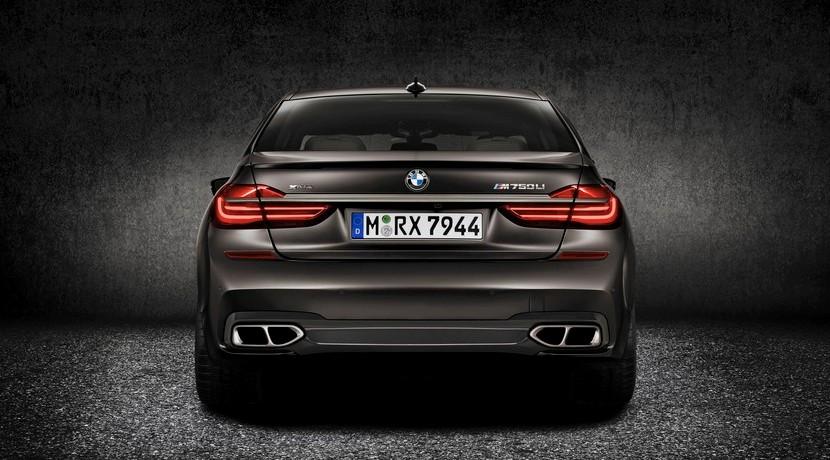 BMW M760i xDrive trasera