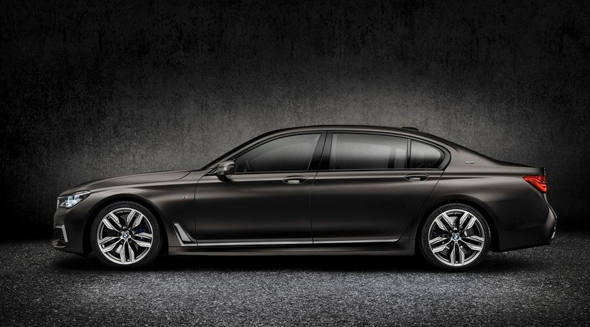 BMW M760i xDrive lateral
