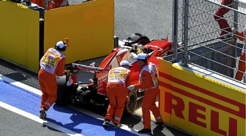 Vettel empujado por los comisarios