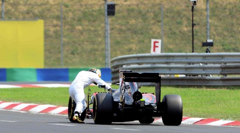 Alonso empuja su McLaren-Honda