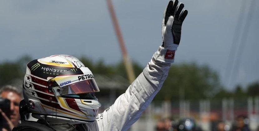 Hamilton en el GP de España saludando
