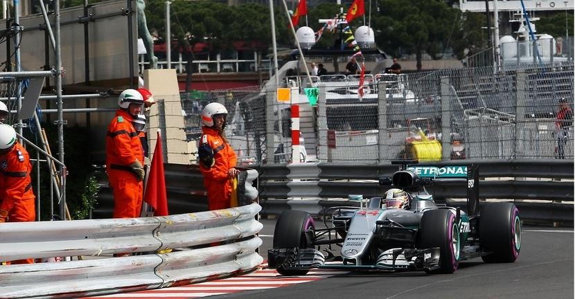 Hamilton acercándose al muro en el GP de Mónaco 2016