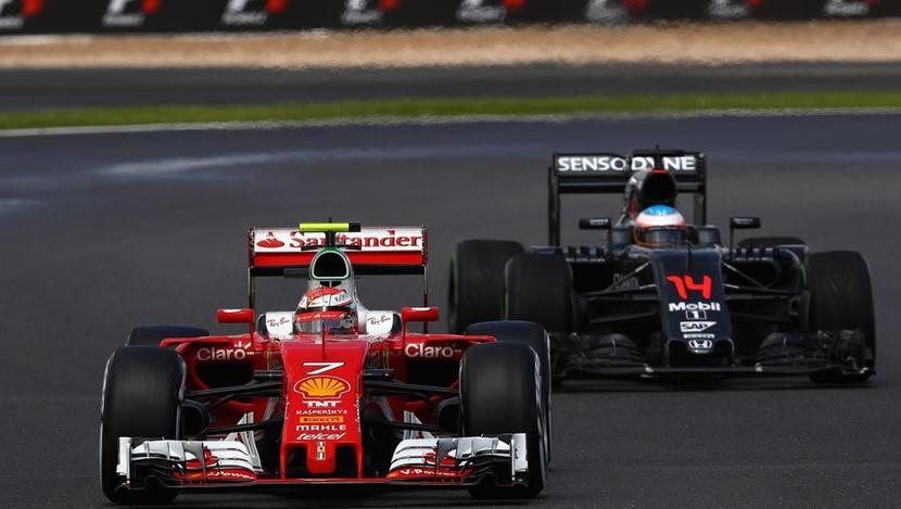 Fernando con su McLaren-Honda tras el Ferrari de Kimi