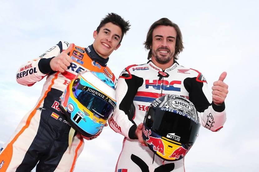 ALonso y Marquez intercambiando casco