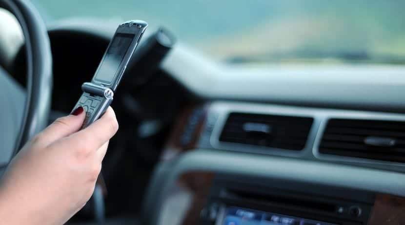 Usando el teléfono móvil y conduciendo