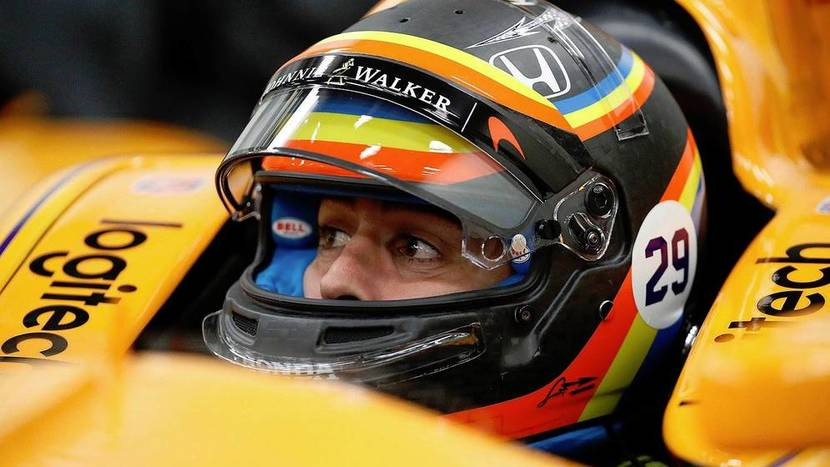 Alonso con su casco de Indy