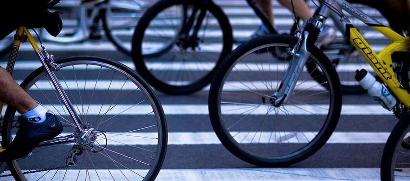 Bicicletas en un paso de peatones