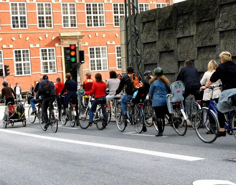 Ciclistas esperando en el semáforo
