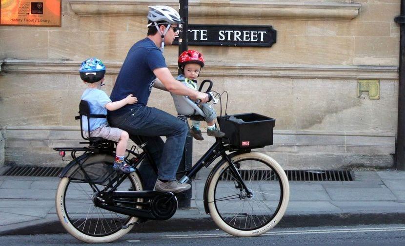 Ciclista con dos sillitas para bebés