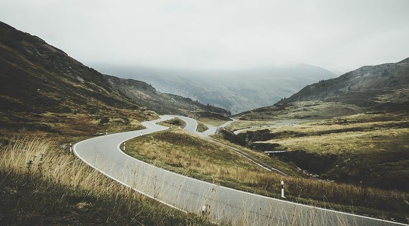 carretera de montaña con muchas curvas