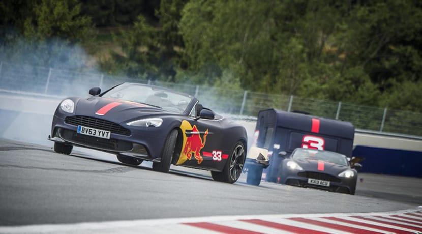 Verstappen y Ricciardo en una carrera con caravanas