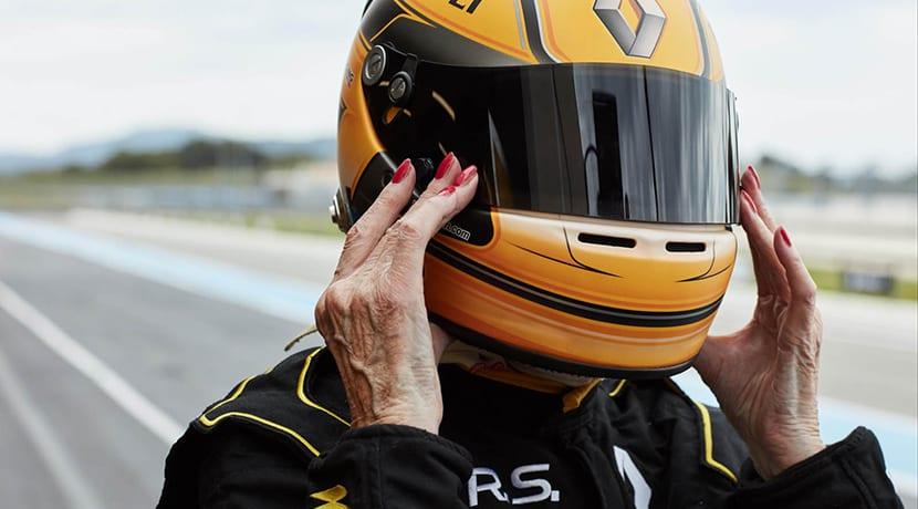 Anciana de 79 años, Rosemary Smith, pilota un F1 de Renault