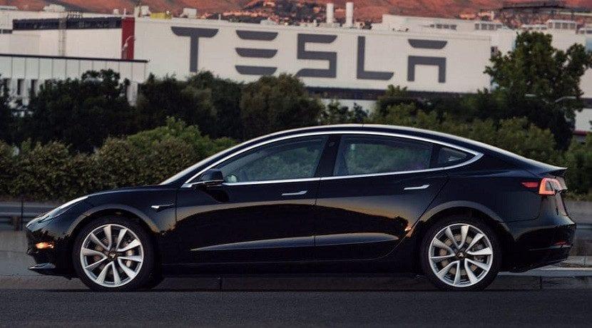 Model 3 frente a la fábrica de Tesla