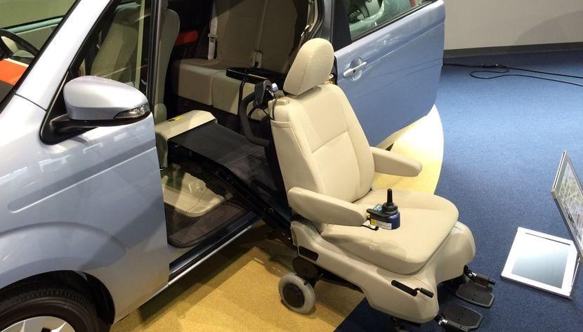 Coche adaptado para un conductor con discapacidad