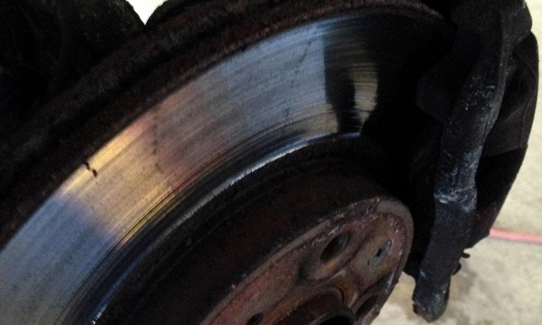 Midiendo el alabeo del disco con un reloj comparador
