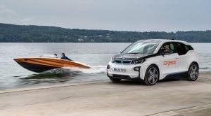 BMW i3 y lancha eléctrica Torqeedo Kaiser K-625 ambos equipados con la batería de alta capacidad BMW i
