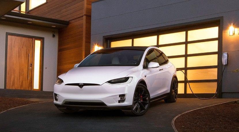 Cargador para el coche en casa instalado por Tesla