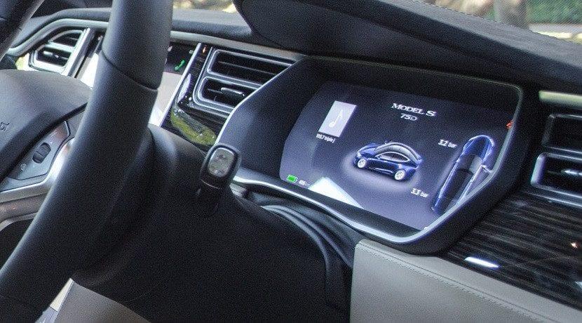 Tesla aumenta la autonomía del las versiones 60 y 60D (Foto de la pantalla con logo del 75D)