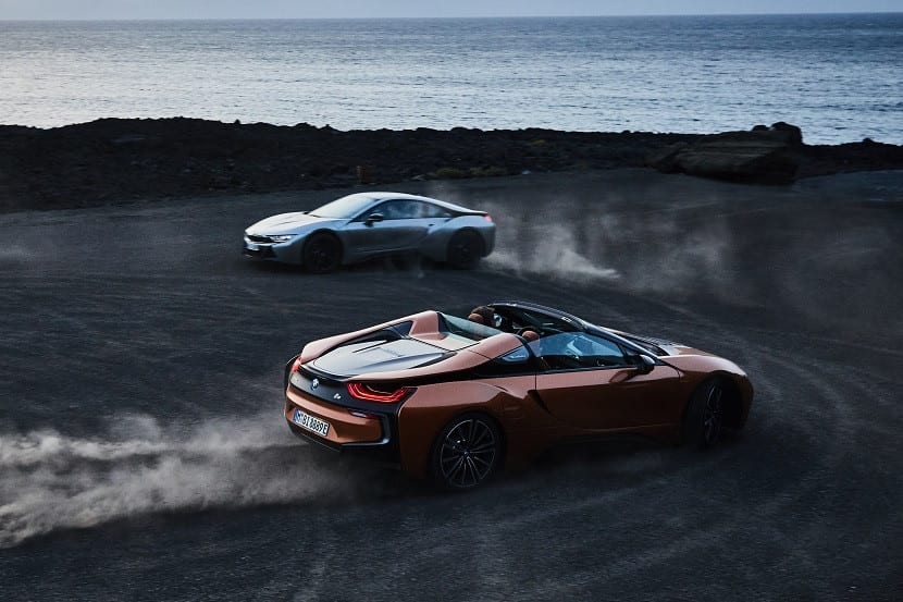 BMW i8 Roadster y Coupé derrapando