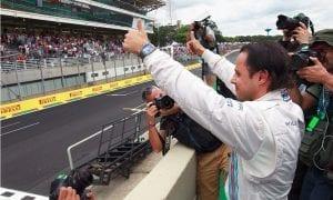 Felipe Massa saludando a la grada