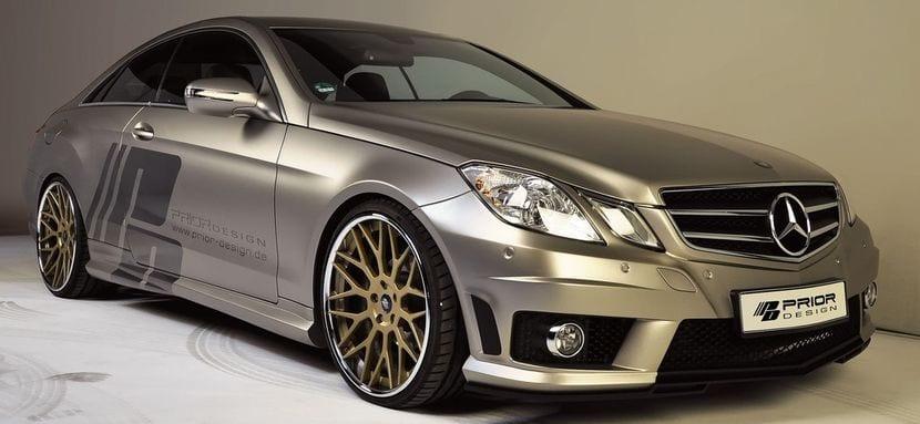 Mercedes-Benz con llantas doradas
