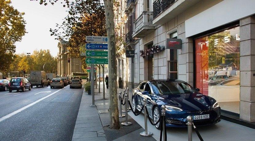 Concesionario de Tesla al lado de la puerta de Alcalá, Madrid