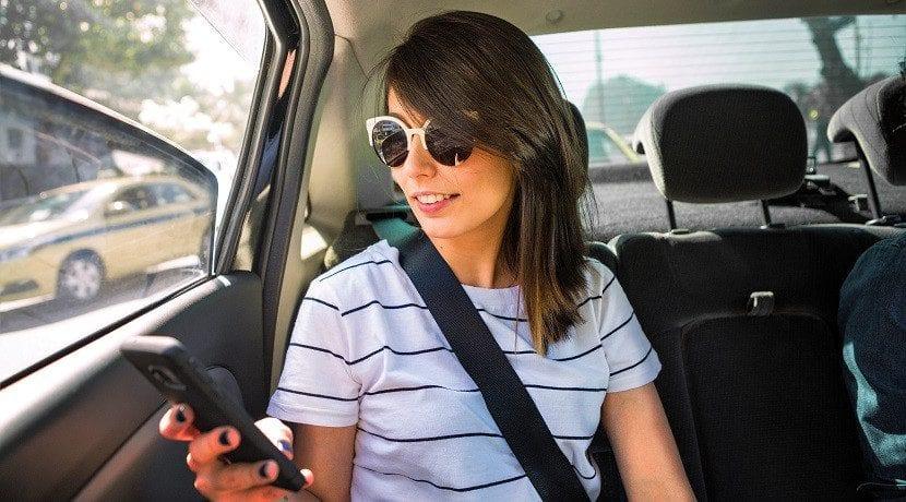 mareos en el coche usando dispositivos móviles
