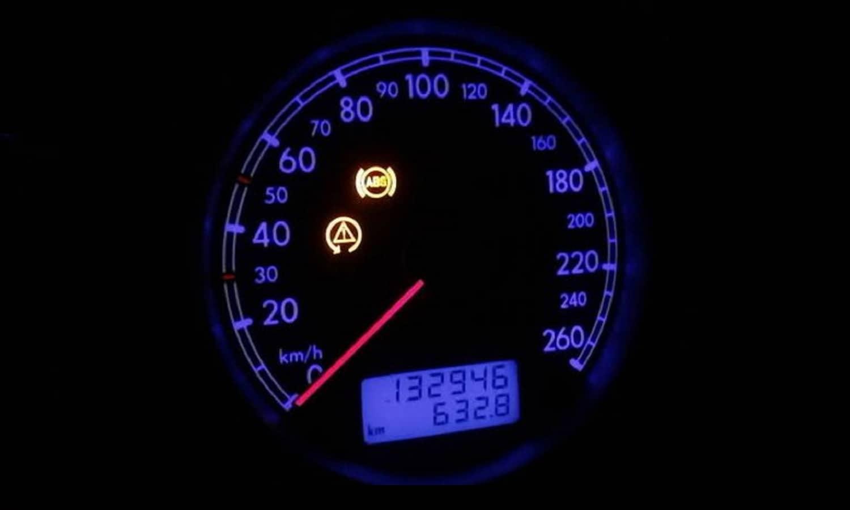 Indicador de frenos ABS en salpicadero. Mensaje de avería de ABS y ESP