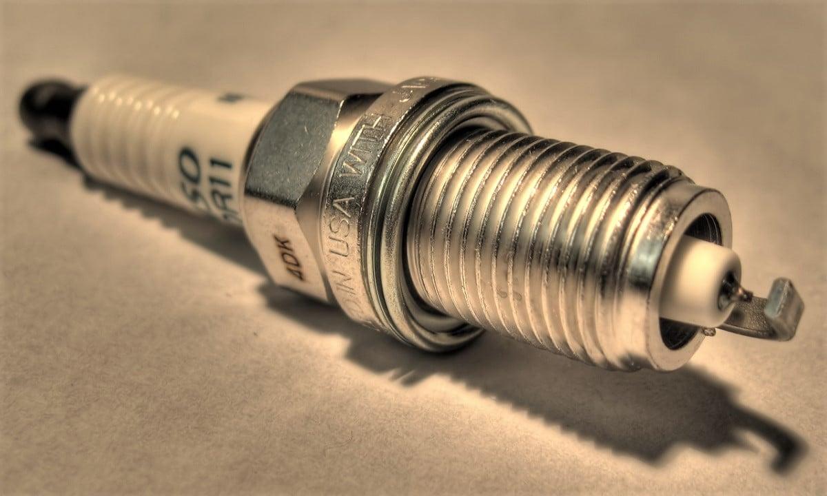 El mala funcionamiento de las bujías puedes ser causa de que se encienda el testigo de fallo motor