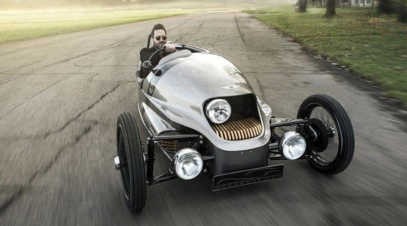 Morgan EV3 en marcha clásico eléctrico