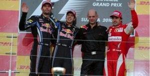 Adrian Newey en el podio junto a Fernando