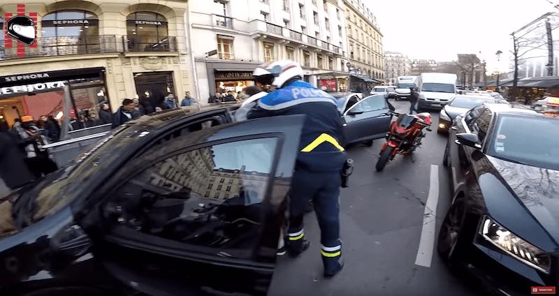 Motorista Papá Noel en París atrapa conductor fugado