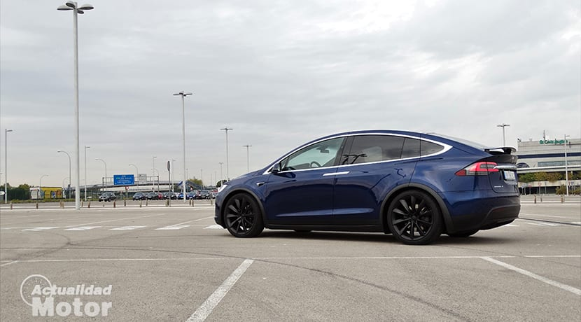Lateral Tesla Model X
