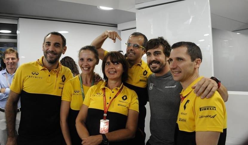 Remi Taffin, Cyril Abiteboul, y otros miembros de Renault con Fernando Alonso