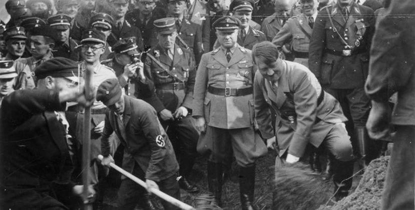 Adolg Hitler inaugurando un tramo de la Autobahn