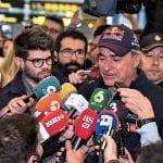 Carlos Sainz atendiendo a los medios en el aeropuerto