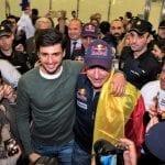 Carlos Sainz e hijo en el aeropuerto