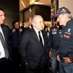 Carlos Sainz y los responsables de Peugeot