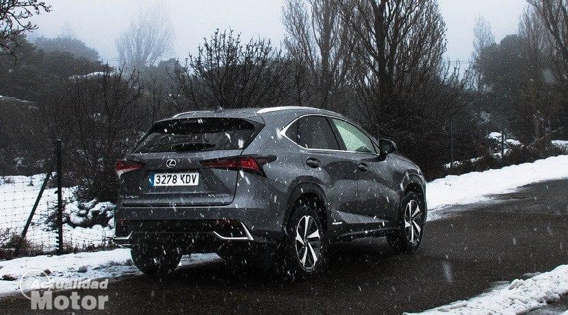 Trasera del Lexus NX 300h Luxury en la nieve